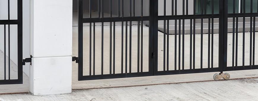 Rail de guidage pour portail